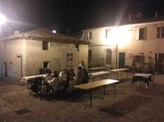 Сан-Костанцо, Италия: si cena anche in piazzetta, delizioso