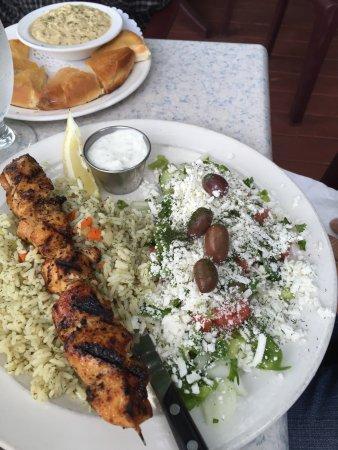 Leo's Pizza & Greek Taverna: Humous and pita... Chicken slovaki