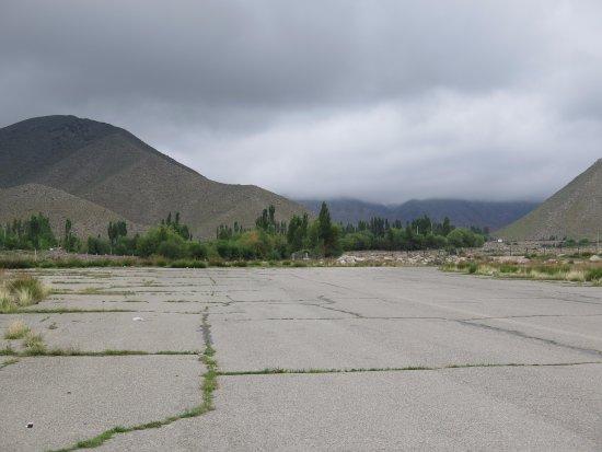 Cholpon Ata, Kyrgyzstan: Начало взлетной полосы. Вид на музей петроглифов и горы