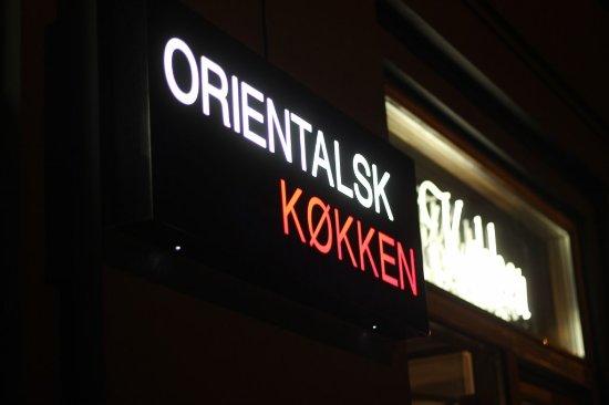Orientalsk Kokken: Udenfor restauranten