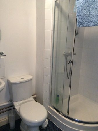 Pidley, UK: All rooms ensuite, 2 with actual baths, others with shower room.