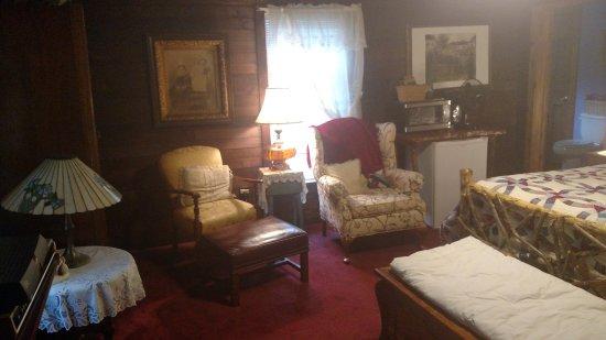 Meadowsweet Gardens Inn: Pioneer Room-sitting