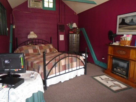 Cobbler Room & Cottage B&B and Massage: Cottage Oueen Bed