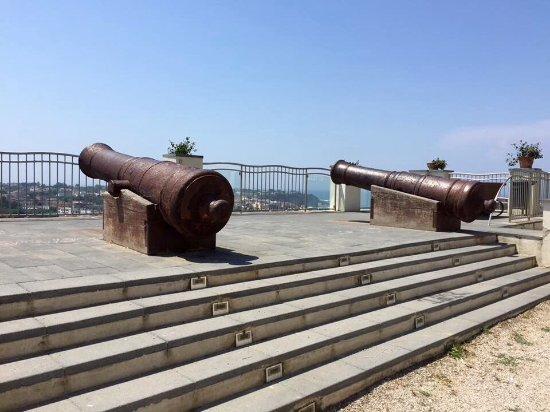 I cannoni storici della terrazza del belvedere - Foto di Terra ...