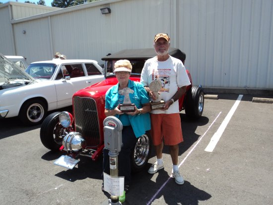 Perryville, AR: cliff & martha mcadoo with thier 32 ford roadster they built