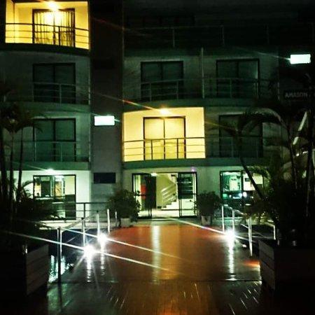 أمازون جانغل بالاس: Vista noturna do hotel