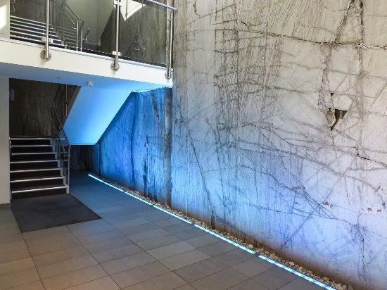 Scandic Holmenkollen Park: Stylisches Treppenhaus mit Felswänden