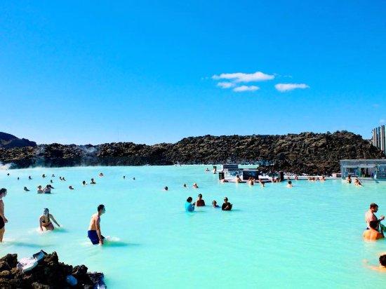 Grindavik, IJsland: sunny day at Blue Lagoon