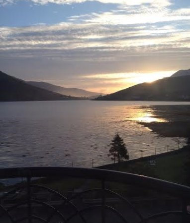 Leenane Hotel: Sunrise view of Killary Harbour from room