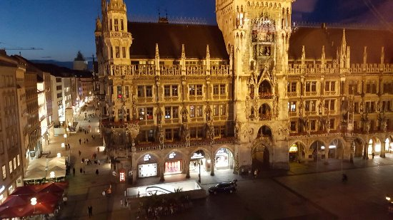 Cafe Glockenspiel: Beautiful view and bar!