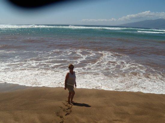 Kahana Beach Resort: Strolling on the beach