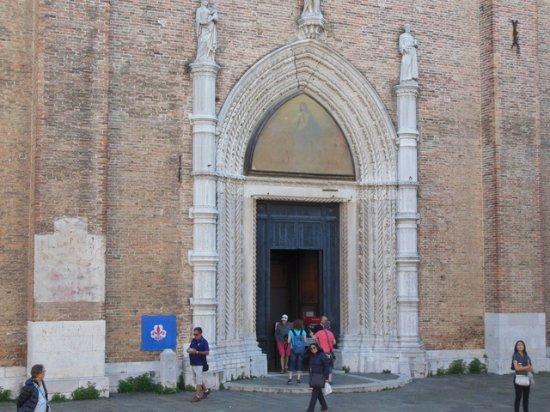 Santa Maria Gloriosa dei Frari: Entrada