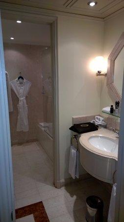 Grand Hyatt Santiago: sala de banho separada