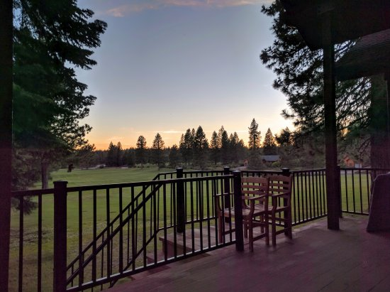Bailey Creek Cottages: Sunset off giant balcony.
