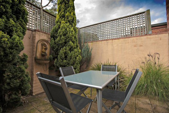 Adelaide DressCircle Apartments - Bower Street: Private courtyard