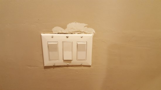 Rodeway Inn San Diego Beach SeaWorld Area: The light switches in bathroom. The one of the left did not even do anything