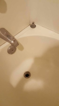 Rodeway Inn San Diego Beach SeaWorld Area: Tub drain was not in place and rusted