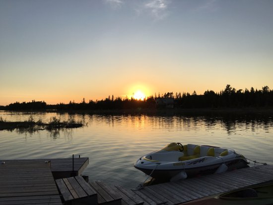 Bear Cove Bed and Breakfast: Watching the sunset from the dock