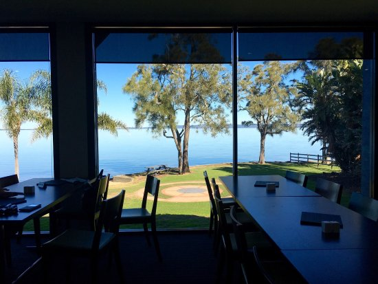 Gorokan, Australia: Absolutely first-class lake view restaurant. Lunch menu looks great. Sydney Rock Oysters look fr