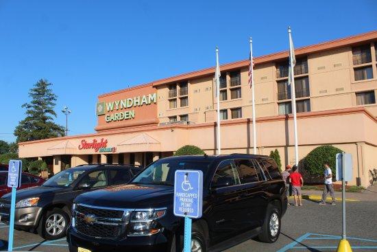 Wyndham Garden Hotel Newark Airport: Restaurant entrance from outside