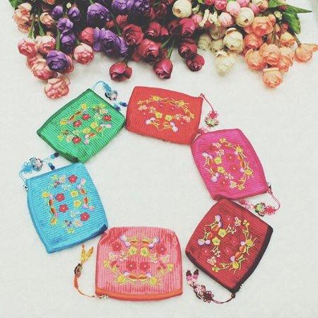 d54beb9c6cc1 刺繍花柄小銭入れ (ストラップ付け) $200 可愛い財布を使って、女子力 ...
