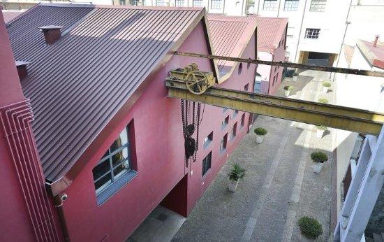 Residence 2Gi Ajraghi: Vista dell'esterno del Residene sul carroponte dell'immobile