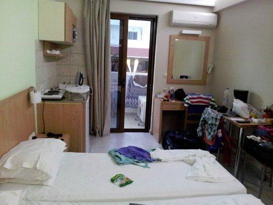 Het appartement met kleine keuken let niet op de rommel tis