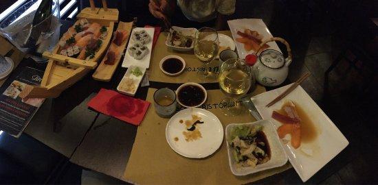 Insalata di salmone, carpaccio misto, barca per 2 persone, uramaki con tonno e sashimi misto per