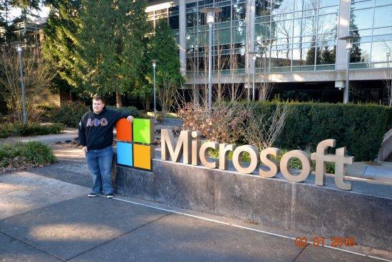 Microsoft Visitor Center: Мой племяш, скупивший половину ассортимента.