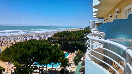 Hotel Aurora : Piscine, Vista fronte mare