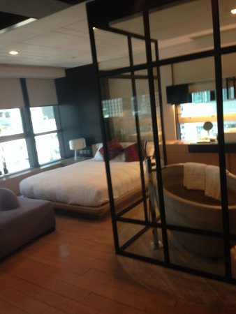 Yin Serviced Apartments: Room with open bathroom concept