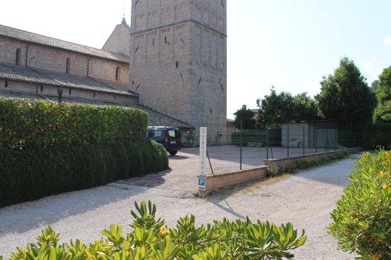 Appartamenti vacanze il Turrione: Vista dalla porta di casa, con parcheggio di fronte a san Rufino