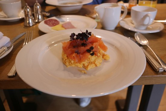Shipton under Wychwood, UK : The Shaven Crown, breakfast Eggs with Salmon