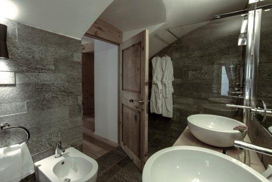 Madulain, Switzerland: BATHROOM
