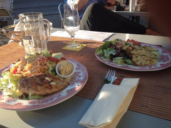 Hotel Restaurant National : Grilladen (Poulet, Halloumi) mit verschiedenen Salaten