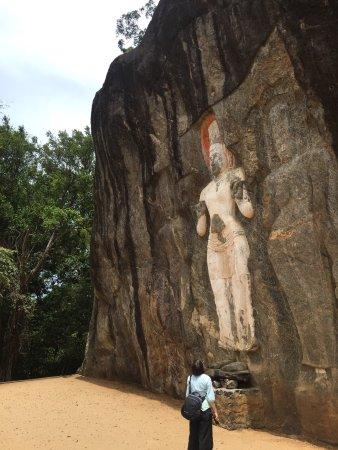Uva Province, Sri Lanka: Am Fuße dieser 16 Meter hohen und mindestens 1000 Jahre alten Statur , spürt man eine besondere