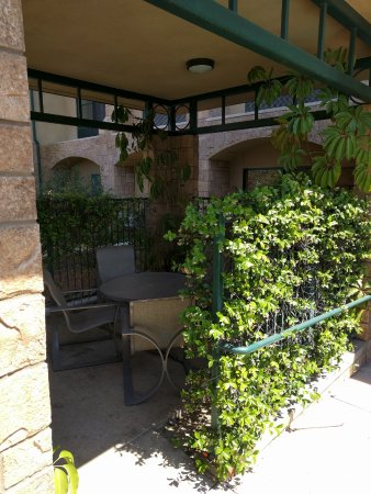 Hampton Inn & Suites Agoura Hills: Private shady poolside table for lunch