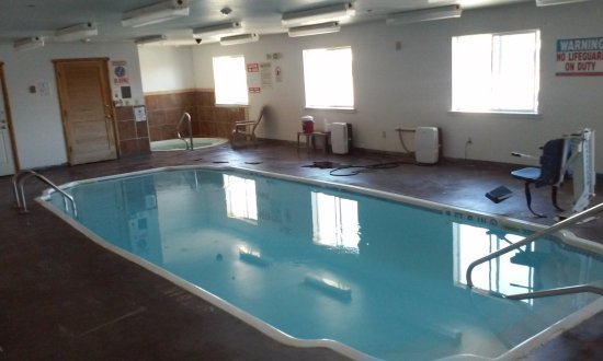 Super 8 Powell: Pool Area