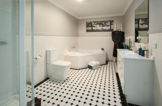 Sassafras, Australia: Stables Cottage - Bathroom with double corner spa and separate shower