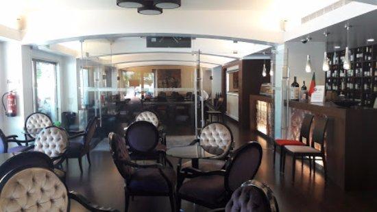 Hotel Mestre Afonso Domingues: Sala de estar junto do rstaurante