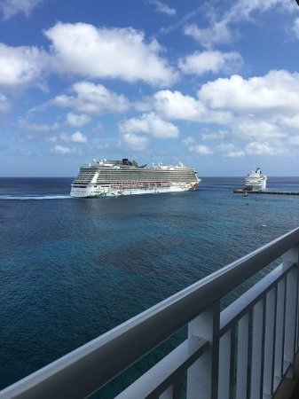 El Cantil Condominiums: Cruise ship arriving at port