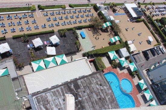 Hotel Caravelle Minicaravelle: widok z 13 pietra na basen skromny plac zabaw i leżaki hotelowe