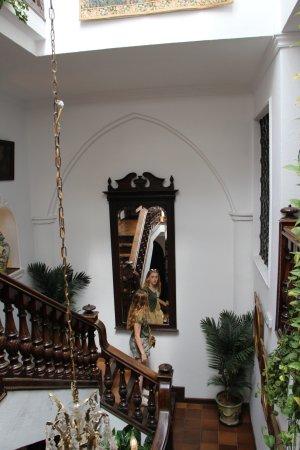 Hotel San Gabriel: Stairs/lobby