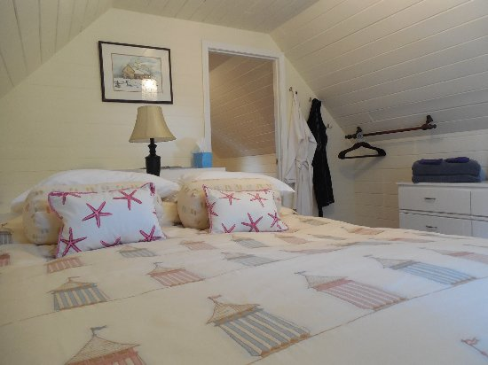 Denman Island, แคนาดา: Upstairs bedroom queen bed.