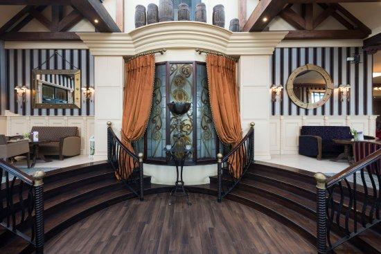 Four Seasons Hotel and Leisure Club: Entrance Lobby