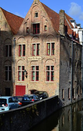 Hotel Ter Brughe: Great location right on canal.