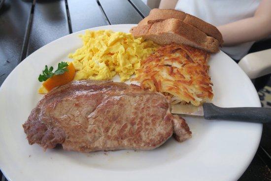 朝食にリリコイパンケーキを食べに行ってきました。レンタカーで行きましたが、お店の目の前に停められます。 お店には日本語が話せる方もいました。日本にもあるお店ですが、やはりロコに混じって食べる朝