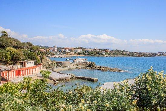 Castiglioncello, Italie : Vista dei bagni e della costa dalla pineta