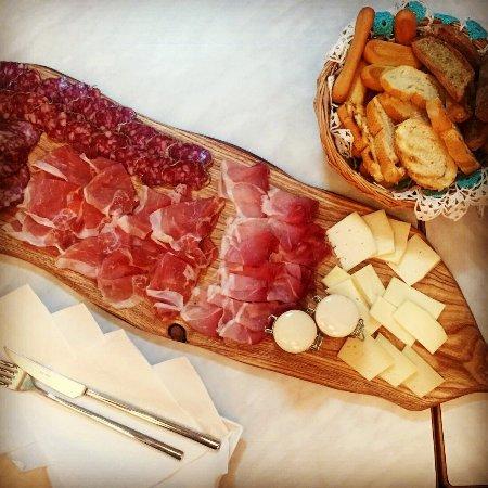 Cavareno, Italia: Taglieri di affettati e formaggi locali, Gnam Gnam!!