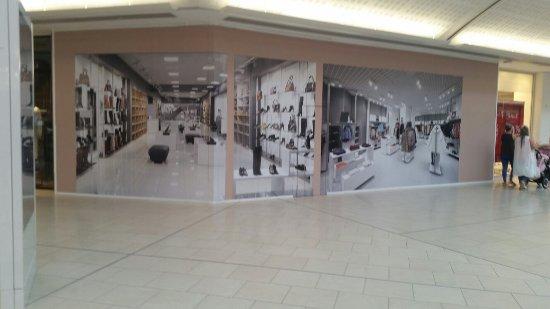 Lakeside Shopping Centre: So many closed
